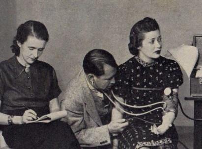 Elizabeth, William y Olive en una de sus pruebas del detector de mentiras
